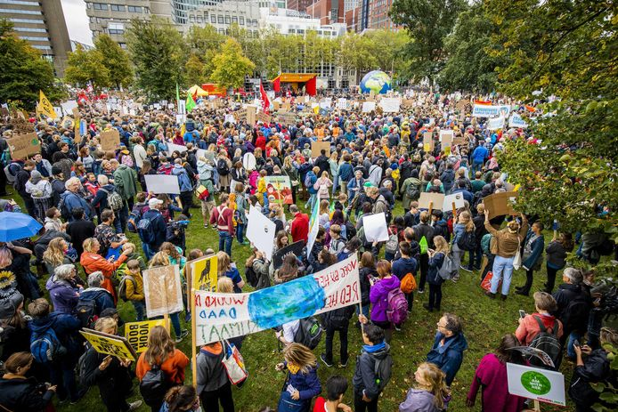 Deelnemers aan de klimaatstaking verzamelden zich begin van de middag voor het Centraal Station.