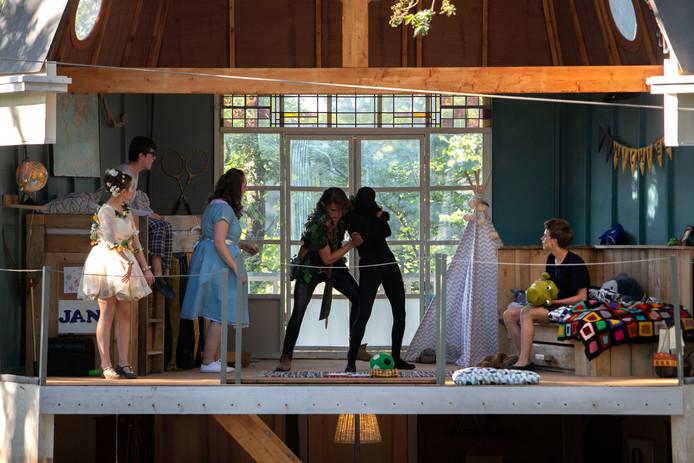 Opvoering Peter Pan door toneelgroep De Kern in het openluchttheater in Handel.