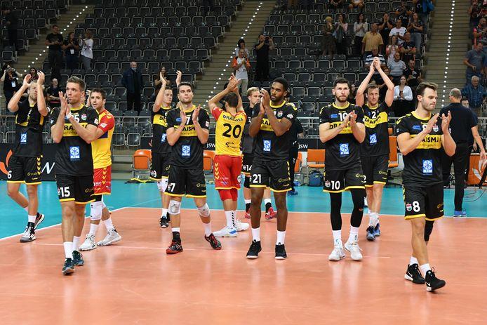 De volleyballers van Draisma Dynamo bedanken het publiek na de verloren wedstrijd tegen Jastrzebski Wegiel in Polen, waardoor het avontuur in de Champions League er voor de Apeldoorners op zit. Ze gaan verder in de CEV Cup.