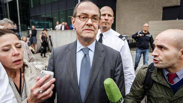 Actievoerders belagen Joris Demmink bij zijn vertrek uit de rechtbank in Amsterdam