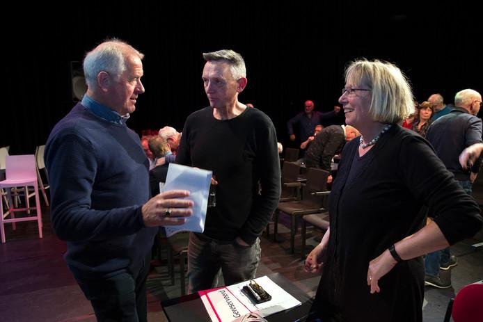 Huub Veenes (links) met juryleden Fons Bouwmeister en Loes van der Meijs.