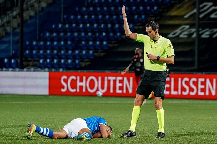 Scheidsrechter Richard Martens zag geen overtreding in de botsing tussen Excelsior-keeper Alessandro Damen en Ryan Trotman, die daarna op de grond bleef liggen.