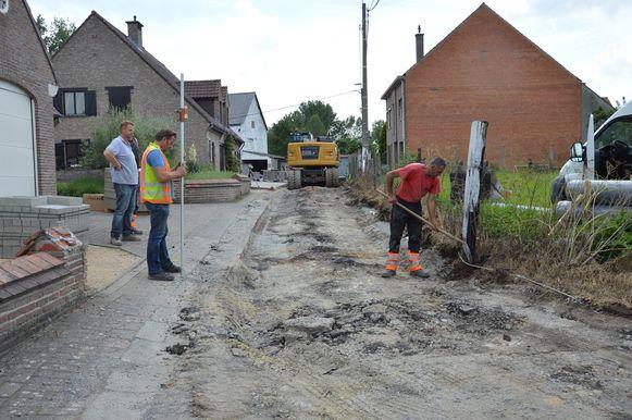 De werken in het zijstraatje van Herlinckhove in Denderhoutem zijn eindelijk van start gegaan.