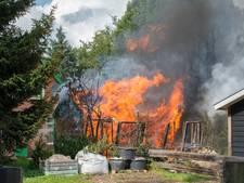 Uitslaande brand verwoest bijgebouw met gasflessen in Hulshorst