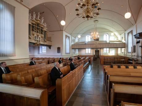 Stille zondagochtend door dichte kerken. Alhoewel: in IJsselmuiden klinkt gezang