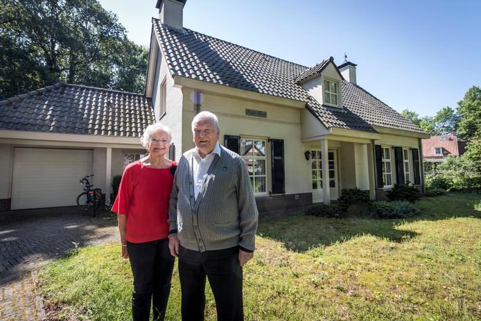 Het echtpaar Liebregts bij hun woning in Vessem.