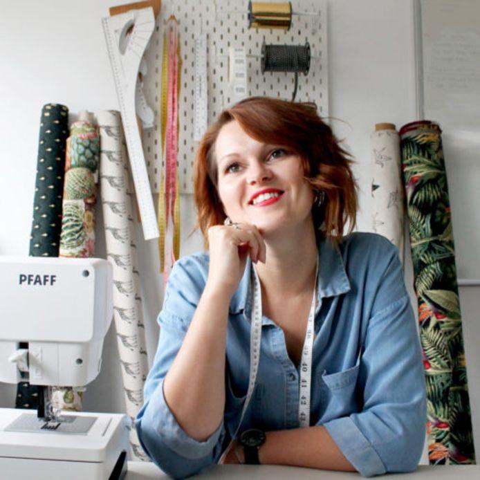 Ivana van der Ende uit 's-Gravendeel maakt modieuze mondkapjes