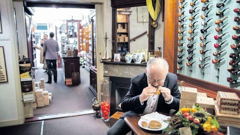 Wim Schimmel houdt pauze achter de winkel. Sigarenzaak Schimmel heeft zich gespecialiseerd in sigaren en pijpen. De klandizie is matig op zondag. Beeld Herman Engbers