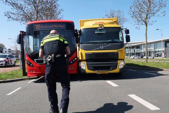 Een bus en een truck waren tegen elkaar gebotst op de Ettensebaan in Breda.