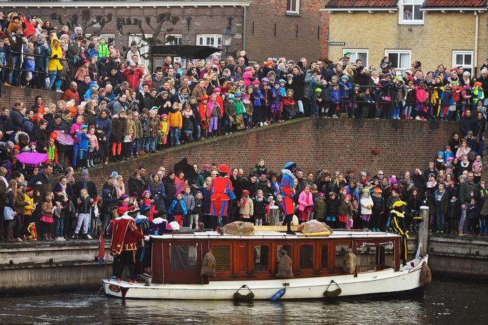 De intocht van Sinterklaas trekt jaarlijks duizenden bezoekers naar de vesting Heusden.