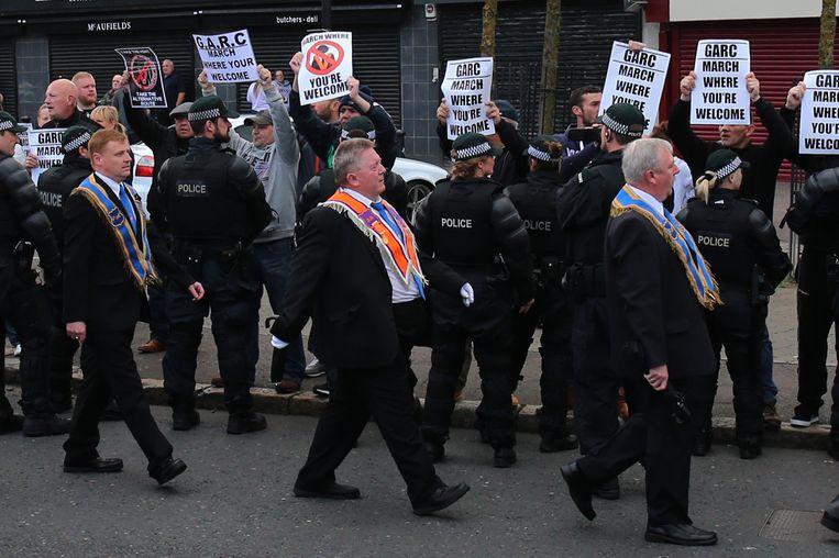 Katholieke demonstranten uiten hun ongenoegen tijdens de traditionele Oranjemars in Belfast. Beeld Hollandse Hoogte / PA Photos Ltd