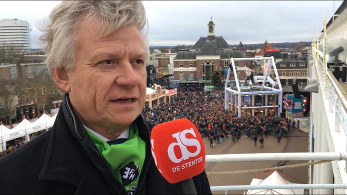 Burgemeester John Berends op de balustrade van het gemeentehuis in gesprek met Stentor-verslaggever Gep Leeflang.