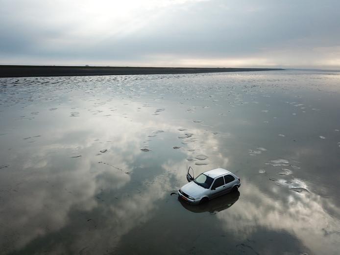 Rijkswaterstaat gaat donderdag een auto uit de Waddenzee bij Sint-Jacobiparochie halen. De auto staat al een aantal dagen honderden meters uit de kust. De bestuurder is waarschijnlijk tijdens de vorstperiode het Wad opgereden en heeft de auto daar achtergelaten.