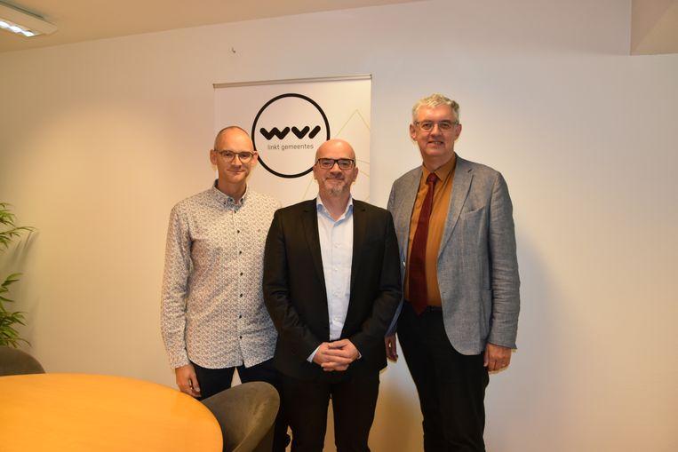Lieven Hollevoet (links) en Steven Sanders (midden)  van Quicksand dienden hun definitieve bouwplannen in bij Geert Sanders van de WVI.