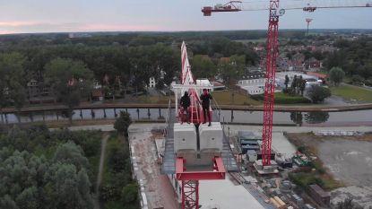 Levensgevaarlijk: tieners beklimmen werfkraan in Brugge en filmen stunt met drone