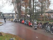 Scooters moeten weer verhuizen bij station Harderwijk