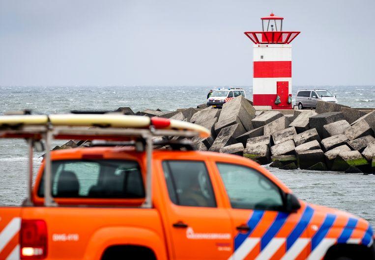 Hulpdiensten en een lijkwagen bij het Noordelijk Havenhoofd in Scheveningen, nadat een stoffelijk overschot werd gevonden. Beeld ANP
