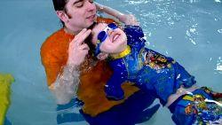 Deze jongen leert zwemmen met één arm