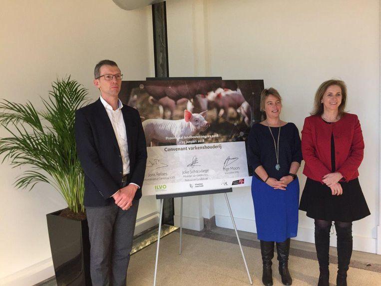 Joris Relaes (ILVO), Minister van Leefmilieu en Landbouw Joke Schauvliege en voorzitter PVL Inge Moors stellen het congres voor.