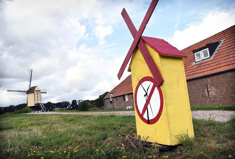 Protest in Batenburg, in de Gelderse gemeente Wijchen, tegen windmolens die gepland staan op het platteland.  Beeld Marcel van den Bergh / de Volkskrant
