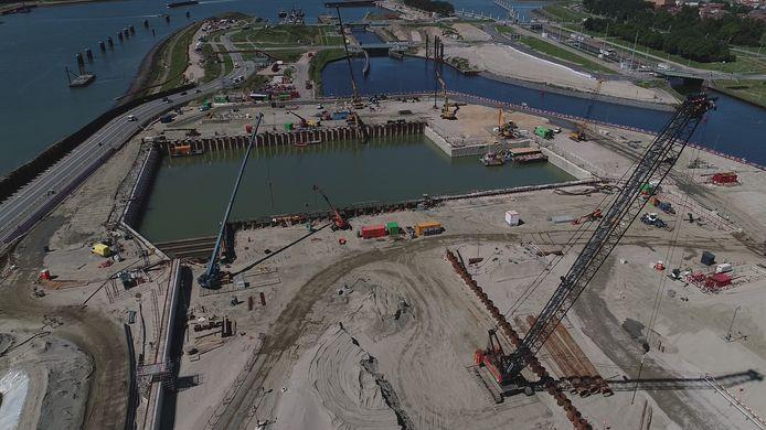 Buitenhoofd van de Nieuwe Sluis in Terneuzen waarin de komende dagen op de bodem een meter onderwaterbeton wordt gestort, waarna de 22 meter diepe bouwkuip wordt leeggepompt.