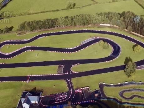 Racemonsters opgelet: vette villa te koop met kartbaan in de achtertuin