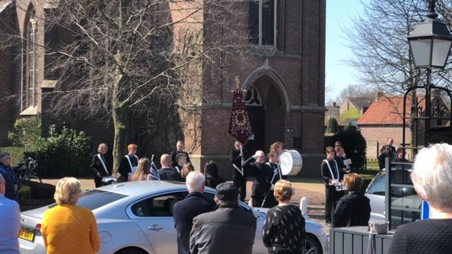Muziekvereniging St. Cecilia verzorgt een eerbetoon aan de onlangs overleden Bert Raaijmakers.