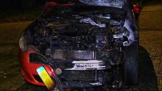 Online geplaatst - De auto brandde volledig uit