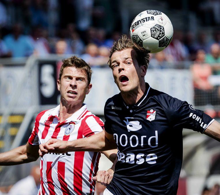 Robert Muhren (l) van Sparta Rotterdam in actie tegen Jeroen Veldmate van FC Emmen. Beeld null