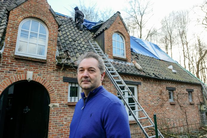 Frédéric Flamand schakelde maandag al een dakwerker in om een zeil over het beschadigde dak te leggen. Voorlopig slapen hij en zijn gezin wat verderop op hotel.