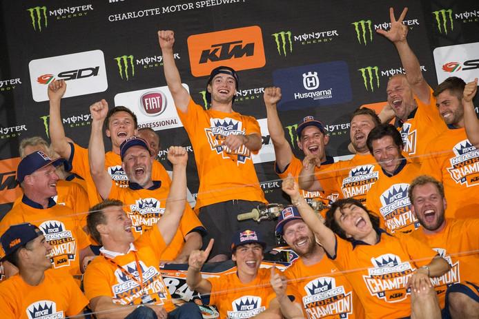 Jeffrey Herlings is het stralend middelpunt van een KTM-feestje op het podium in Charlotte.