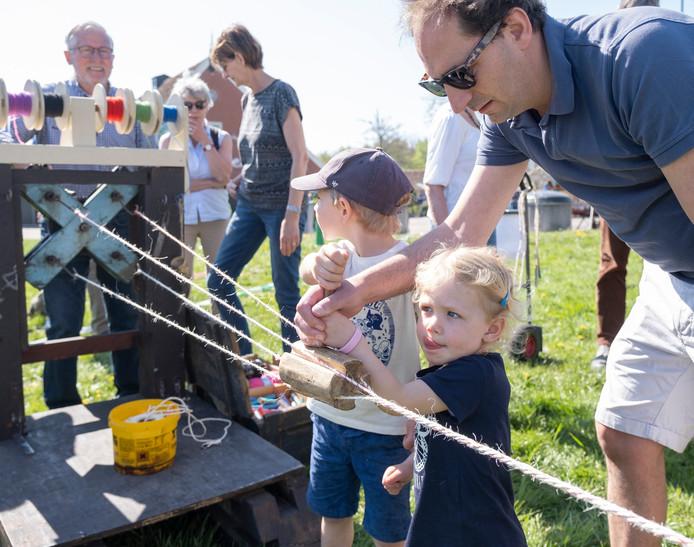 Filip, Frederique en Job van der Spelt draaien eigenhandig een springtouw bij de touwslager