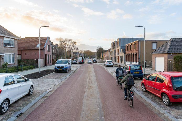 De opgeknapte Wouwseweg, mét het eerste stuk van snelfietsroute F58.