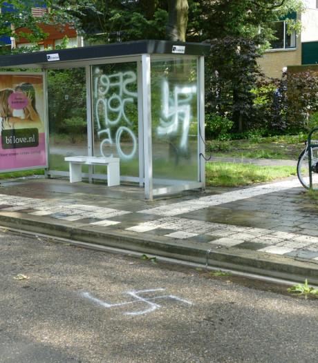 Bushokje en wegdek in Soesterberg beklad met hakenkruizen