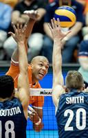 Aanvoerder Nimir Abdel-Aziz van het Nederlands volleybalteam in actie tegen Garrel Muagututia, David Smith en Micah Chistenson van de Verenigde Staten. De Nederlanders hopen zich tijdens het olympisch kwalificatietoernooi te plaatsen voor Tokio 2020.