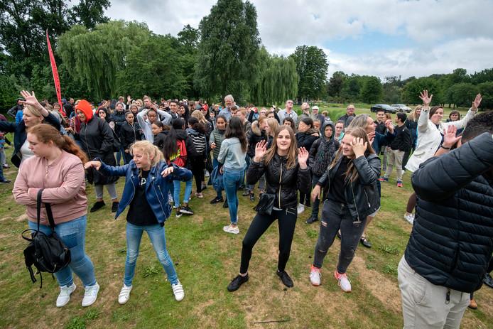 Dansende leerlingen van het Arentheem College bij de ingebruikname van het drijvende zonneveld bij hun school.