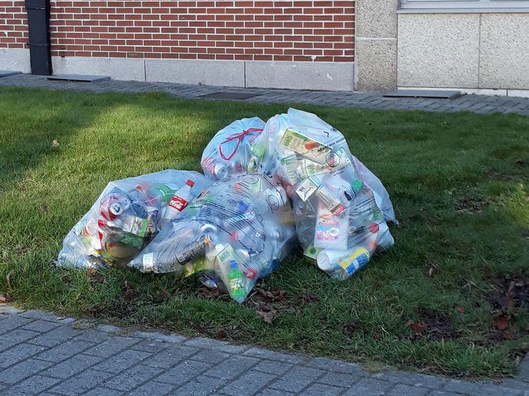 De PMD-zakken liggen op heel wat plaatsen nog op straat.