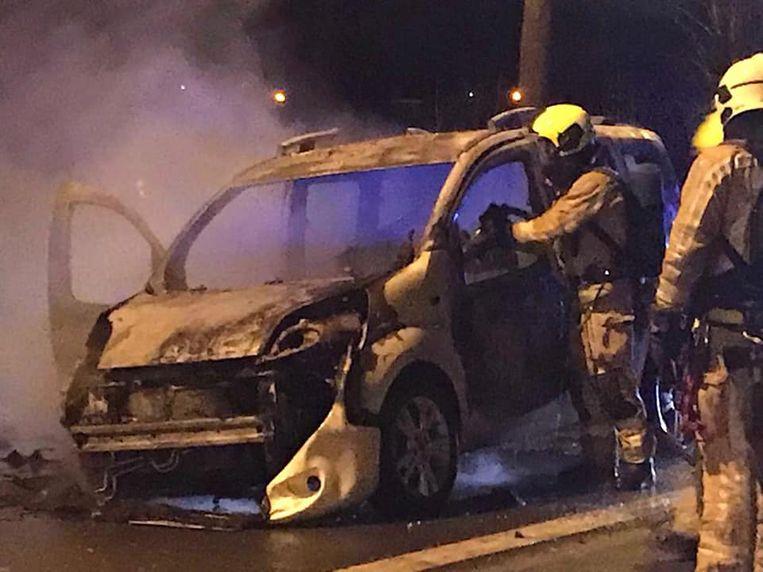 De wagen brandde volledig uit langs de Bergensesteenweg.