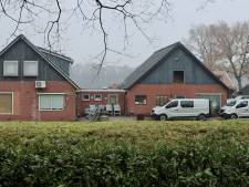 Recherche zoekt in boerderij failliete sportschoolhouder; verband met aanslag vermoed