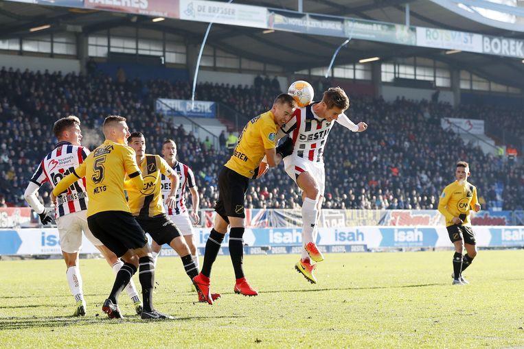 Arno Verschueren van NAC Breda in kopduel met Willem II-speler Jordens Peters. Beeld VI Images