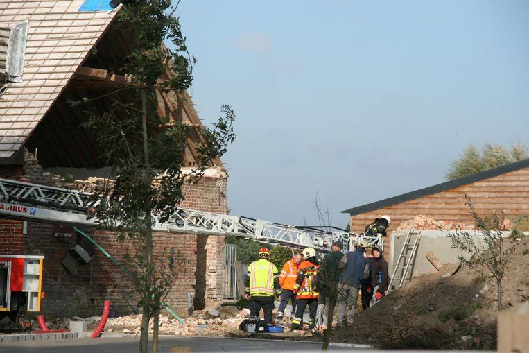 De hulpdiensten bij de ravage. De topgevel onder het dak kwam naar beneden.