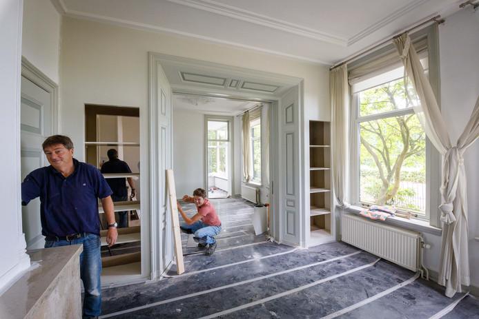 Vader en zoon Hoekema verbouwen een monumentale boerderij in Kolderveen tot studentenhuis.