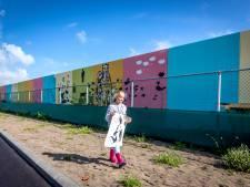Jongeren fleuren muur aan de Badweg in Hoek van Holland op