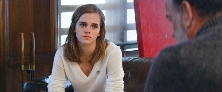 Mae Holland (Emma Watson) is werknemer van The Circle, het databedrijf dat is opgericht door Eamon Bailey (Tom Hanks). Beeld TR BEELD