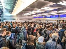 Topdrukte voor NS-poortjes op station Zwolle veroorzaken vertraging. 'Zorg dat je eerder komt'