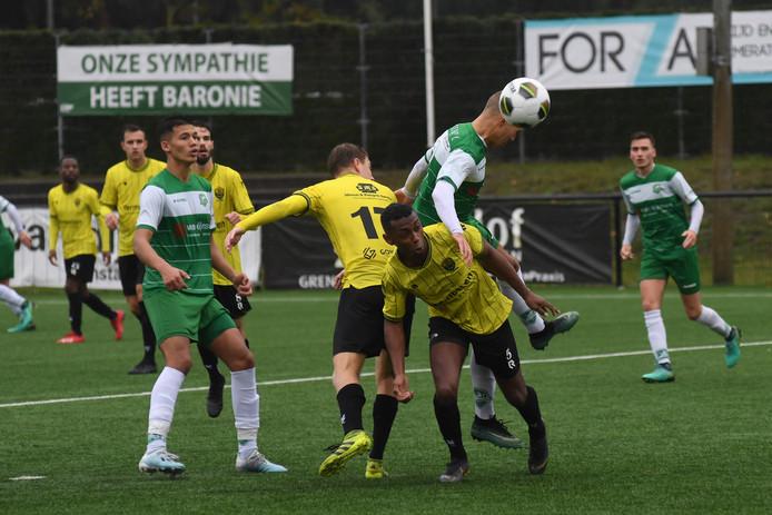 Baronie aanvaller Jorik Mijnhijmer kopt de bal voorbij verdedigers Thomas van der Spek (17) en Ellas Meijer (5)