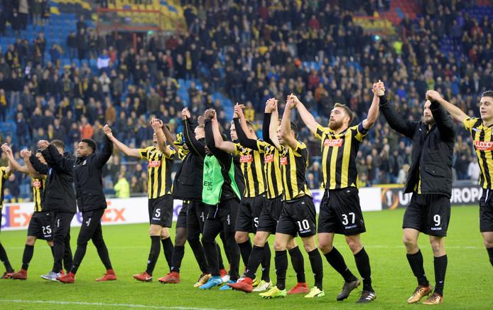 Vitessespelers vieren de overwinning op Nice.