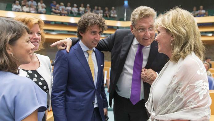 Initiatiefneemster van de donorwet Pia Dijkstra (r) mwordt gefeliciteerd door mede-Kamerleden Henk Krol (tweede van rechts), Jesse Klaver (m), Mei Li Vos (l) en Linda Voortman.