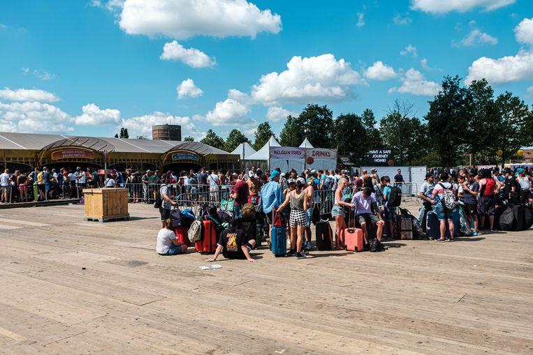 Wachtrijen aan de Brussels Airlines balie aan de ingang van Tomorrowland.