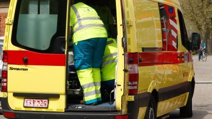 Bestuurder die inrijdt op geparkeerde wagen naar ziekenhuis